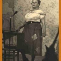 Bunter Abend: Die Narrenmutter Maria Schäfer an der Drehorgel.