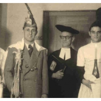 Die Taufe des neuen Präsidenten Konti I. Als Pfarrer fungierte Vizepräsident Gustav Kabusreuther. Unterstützung bekam er von den beiden Ministranten Herbert May (links) und Paul Bischoff (rechts).