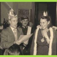 11.11. im Ziegelhof: Schneckenprinzessin Christa wurde von Betriebsleiter Walter Buck getauft. Im Hintergrund Narrenpolizist Bollin.