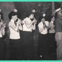 """Bunter Abend: Die neuesten Schlager in. """"Legt an, gibt Feuer."""" Die Kapelle: v.l.n.r.: S. Hofer, A. Trometter, Geschwister Hoppe, W. Mayer, M. Brach und als Sänger der Fritz Erler."""