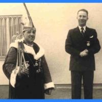 Schmutziger Donnerstag: Der französiche Bezirks-Deleque Nicouland bekommt den Orden vom Präsidenten Konti I. überreicht.