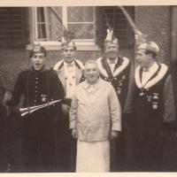 Schmutziger Donnerstag: Traditionsgemäß wurde Ehrenpräsident Johann Gottmann ein Besuch abgestattet.