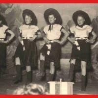 """Großer Bunter Abend: Das Damenballett unter der Leitung von Elfriede Senger zeigte diesmal die """"Schönen Beine aus Texas"""". Es tanzten mit: Christa Schaer, Margarete Ohlenschläger, Brigitte Kuster, Helga Hauser, Sigrid Oppe und Isolde Bischoff."""