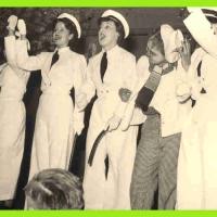 Großer Bunter Abend: Die Frauenpolizei (wieder die Damen der Katzenmusik) bewachten in Ihren schneeweißen Uniformen den neuen Sternplatz.