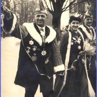 Schmutziger Donnerstag: Präsident Konti Uetz, Prinzessin Waltraud Kasper und Vize Gustav Kabusreuther beim Stellen des Baumes.