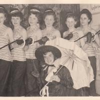 bBunter Abend: Es tanzten mit: Christa Schaer, Margarete Ohlenschläger, Brigitte Kuster, Sigrid Oppe, Isolde Bischoff, Christel Weiser und Elfriede Senger.