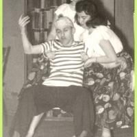 Bunter Abend: Um Musik, Gesang, Tanz und Parodie ging es bei der großen Schneckenburg-Revue. Mit dabei der tanzende Matrose (Martin Fistler) mit seinen rassigen Italienerinnen (H. Gallmann und S. Oppe).