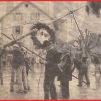 Schmutziger Donnerstag: Mühsamens Stellen des Narrenbaumes auf dem Gottmannplatz. Das Wetter war den Narren diesmal nicht so gesinnt.