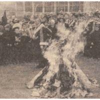 Schmutziger Donnerstag: Befreiung der Sonnenhalde-Schule durch die Schneckenburg. Nach Aussagen der Kinder sollte auch der Rektor mitverbrannt werden.