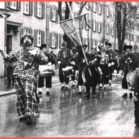 Schmutziger Donnerstag: Dauerregen beim Narrenbaumumzug. Vorneweg der Clown Martin Fistler.