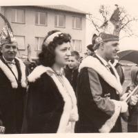 Schmutziger Donnerstag: Befreiung der Sonnenhalde-Schule durch die Schneckenburg. Präsident mit Prinzessin.