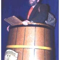 Jubiläums-Abend: Der Hausierer Paul Bischoff brachte einen Bauchladen voller Narritäten in die Bütt.