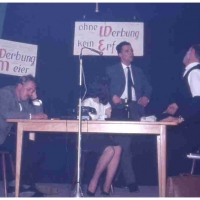 Bunter Abend im Schützen: Einen Arbeitgeberstreik demonstrierten hier I. Degen, H. Gallmann, W. Mutter, W. Stöß.