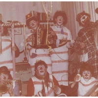 Schmutziger Donnerstag: Die Clowngruppe beim Schminker Kurt Mathais daheim.
