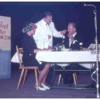 Bunter Abend im Schützen: Die Restewirtin Elli Bischoff servierte närrischen Eintopf. S. Schaer tischte es den Gästen, W. Buck, W. Mutter und E. Uetz auf.
