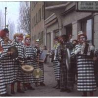 Schmutziger Donnerstag: Die Clowngruppe beim Wecken.
