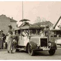 """Schmutziger Donnerstag: Erster Auftritt des """"neuen"""" Clownautos auf dem Gottmannplatz."""