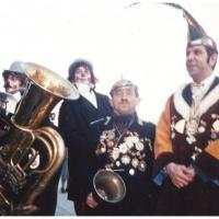Rosenmontag: Die Clowngruppe vor dem morgendlichen Wecken vor dem Blumengeschäft Nübel. In der Mitte Narrenpolizist Bollin. Rechts Elferrat Dieter Stöß.