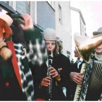 Rosenmontag: Die Clowngruppe vor dem morgendlichen Wecken vor dem Blumengeschäft Nübel. Links Narrenvater Martin Fistler.