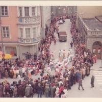Umzug Fasnachtssonntag: Das Clownauto gefolgt vom Fußvolk biegt von der Marktstätte in die Brotlaube.