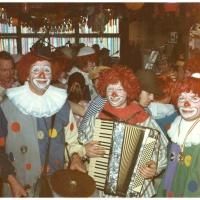 Schmutzige Donnerstag: Die Clowngruppe beim Schnurren. Mitten im Trubel von links nach rechts: Werner Mutter, Winfried Huber und Ewals Volz.