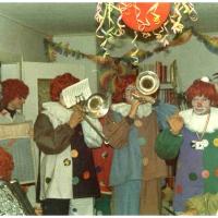 Schmutzige Donnerstag: Die Clowngruppe beim Spielen in der Wohnung von Kurt Matheis.