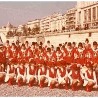 Fanfarenzug und Garde in Nizza: Gruppenfoto am Strand von Nizza.
