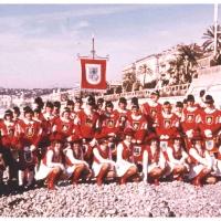 Fanfarenzug und Garde in Nizza: Gruppenbild an der Promenade.