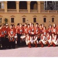Fanfarenzug und Garde in Nizza: Gruppenbild vor dem Schloß von Monaco.