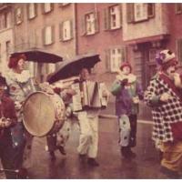 Schmutziger Donnerstag: Die Clowngruppe beim Narrenbaumumzug.