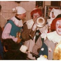 Eröffnung der neuen Fasnachtssaison: Die Clowngruppe beim Einmarsch in den Saal.