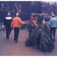 Schmutziger Donnerstag: Der Narrenbaumumzug durch die Straßen von Petershausen.