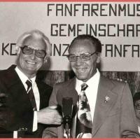 Fanfarenzüge ziehen in die Klosterkaserne: Alex Volz, Vorstand der Gemeinschaft Konstanzer Fanfarenzüge, mit OB Dr. Bruno Helmle bei der Eröffnung der neuen Räume.