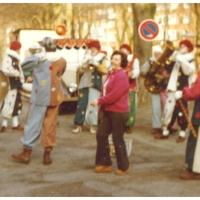 Die Clowngruppe beim Schnurren am Rosenmontag im Hindenburgblock.