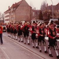 Umzug in der Stadt am Fasnachtssonntag. Der Fanafernzug der Schneckenburg marschiert in die Stadt.