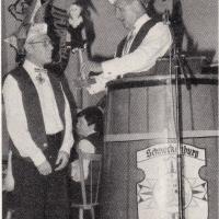 Fasnachtseröffnung im Ziegelhof: Scheidender Präsident Konrad Uetz übergibt Alex Volz das Zepter.