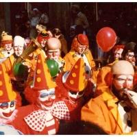 Umzug am Fasnachtssonntag: Die Clowngruppe spielt auf.