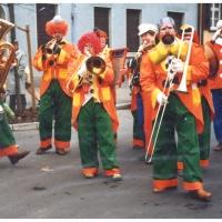 Schmutziger Donnerstag: Die Clowngruppe der Schneckenburg unter der bewährten Leitung von Gerd Zachenbacher beim Narrenbaumstellen auf dem Gottmannplatz.