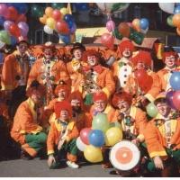 Umzug in der Stadt: Die Clowngruppe am Aufstellungsplatz.