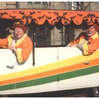 Umzug in der Stadt: Das Clownauto, wie immer mit dabei. Die beiden Walters (links: Benz, rechts: Stöß) durften mitfahren.