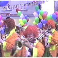 Umzug in der Stadt: Die Clowngruppe als wilder Haufen.