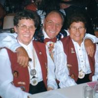 75 Jahre Schneckenburg: Präsident Alex Volz mit Trixel und Hanni Oldenburg.
