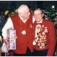 75 Jahre Schneckenburg: Walter Fröhlich gratuliert Vize-Präsident Paul Bischoff (rechts).