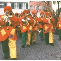 Die Clowngruppe am Rosenmontag in der Stadt.
