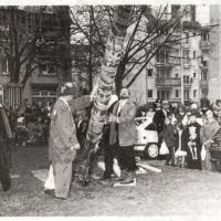 Schmutziger Donnerstag: Narrenbaumstellen auf dem Gottmannplatz.