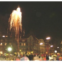 Erstes Nacht-Narrenbaum-Stellen auf dem Gottmannplatz. Ein kleines Feuerwerk beendet das Stellen.