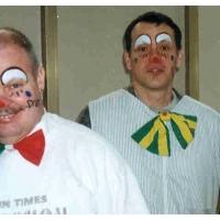 Clowngruppe beim Carneval in Viareggio: Zuerst musste natürlich die Schminke ins Gesicht.
