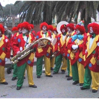 Clowngruppe beim Carneval in Viareggio: Die Musiker stehen parat.