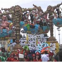 Clowngruppe beim Carneval in Viareggio: Die Umzugswagen waren kolossal.