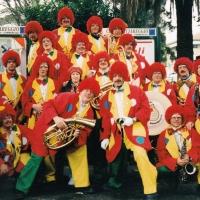 Clowngruppe beim Carneval in Viareggio: Gruppenbild nach dem großen Umzug.